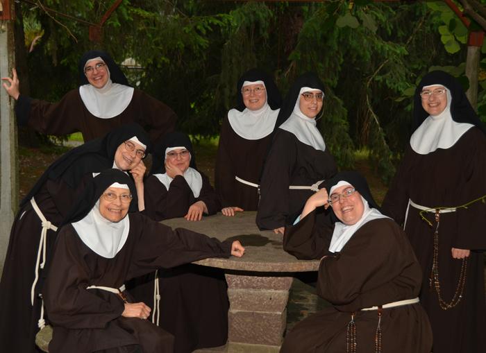 Suor Agnese terza da destra seduta sul tavolo