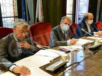 L'opposizione accusa Bo di conflitto di interessi, Alba liberale si astiene e la maggioranza vacilla