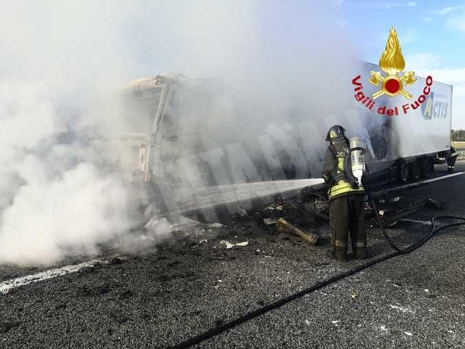 Autoarticolato in fiamme chiusa la Torino-Savona nei pressi di Cervere