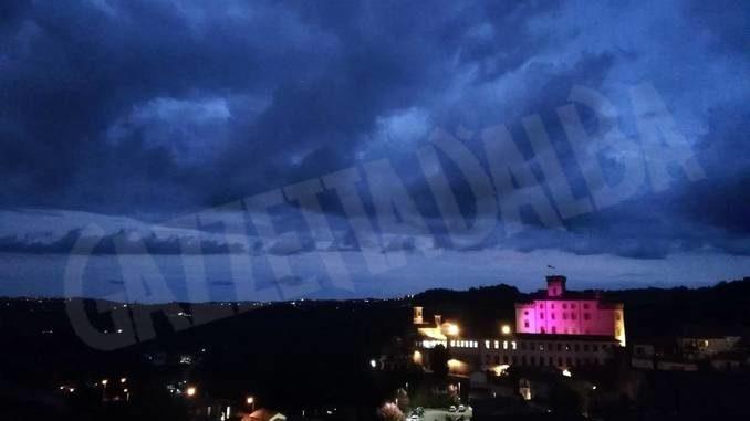 Il castello di Barolo illuminato di rosa per sostenere la campagna di prevenzione contro il cancro al seno