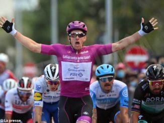 Al Giro si ritirano due squadre a causa del Covid. Vittorie per Sagan e Demare