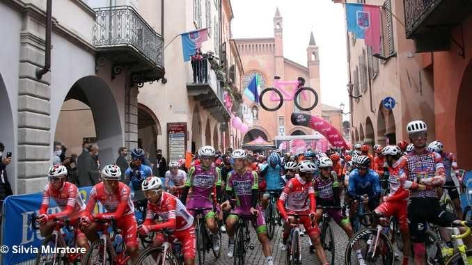 La partenza della tappa Alba-Sestriere (fotogallery)
