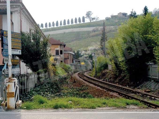 La ferrovia Alba-Asti, nel tratto che attraversa il Comune di Neive.