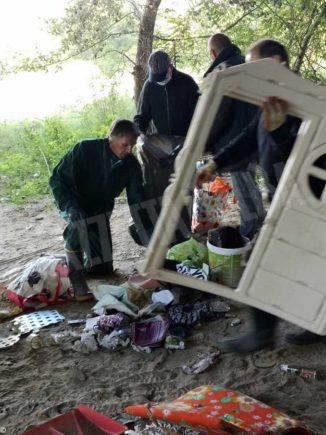 Rifiuti lungo il Tanaro a Neive, servono tre furgoni per portarli via 1
