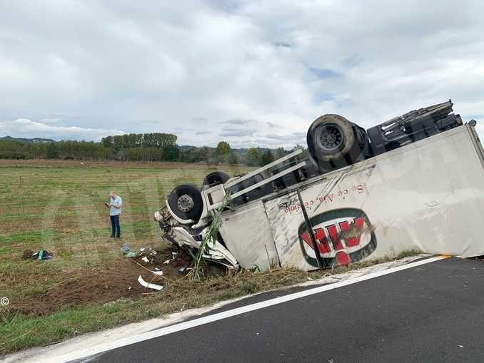 Camion fuori strada a Pollenzo: illeso l'autista