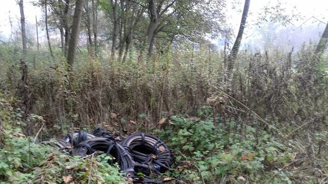 Decine di gomme da bicicletta abbandonate a bordo strada tra Baldissero e Corneliano 2