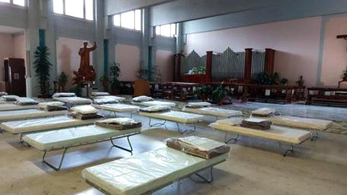 Mancano letti, brandine in chiesa ospedale