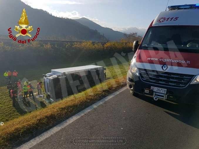 Camion fuori strada a Priola: il conducente non è in pericolo di vita