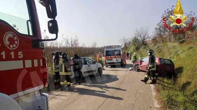 Scontro fra due auto in frazione Scaparoni: due feriti lievi