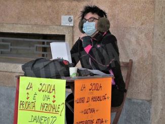 Prof fa lezione in strada a Cuneo, chiudere scuole è criminale