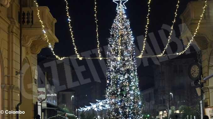 Alba si accende in anticipo per il Natale: si stanno allestendo le luminarie