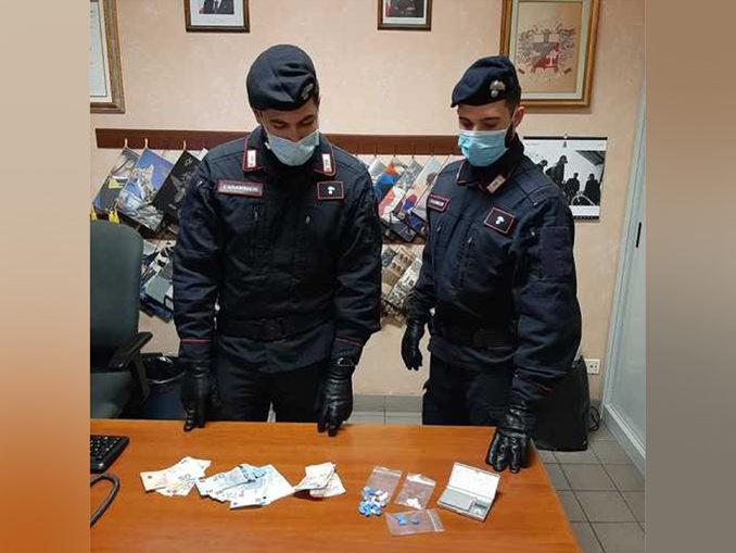 Nasconde le dosi di cocaina nella mascherina, arrestato