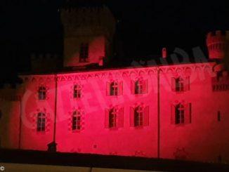 Il castello di Barolo illuminato di rosso contro la violenza sulle donne