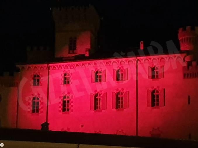 castello barolo illuminato di rosso