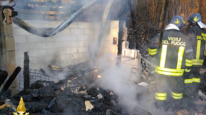 Incendio distrugge deposito, Vigili del fuoco evitano esplosioni di bombole