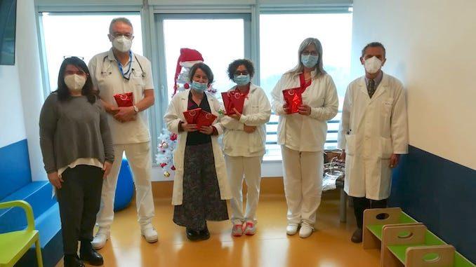 La Collina degli elfi porta i regali di Natale ai bambini in ospedale 1