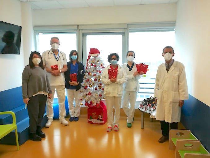 La Collina degli elfi porta i regali di Natale ai bambini in ospedale