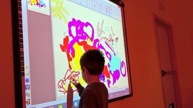 Comune, Lions club e Arol donano 5 schermi multimediali alla scuola di Santo Stefano Belbo