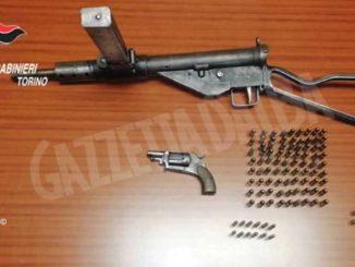 Trova un mitra e due pistole della Seconda Guerra Mondiale in soffitta