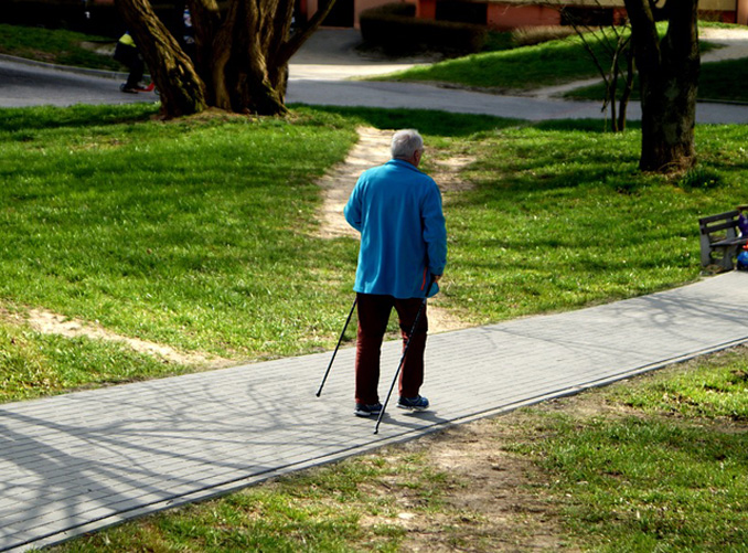 anziano a passeggio