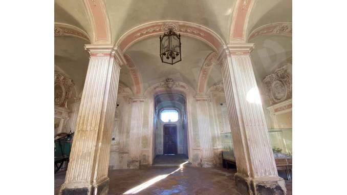 Iniziati i lavori per riportare l'atrio del castello di Govone ai colori originali