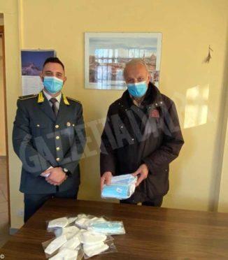 Articoli per animali e mascherine dopo la confisca vengono consegnate a enti benefici