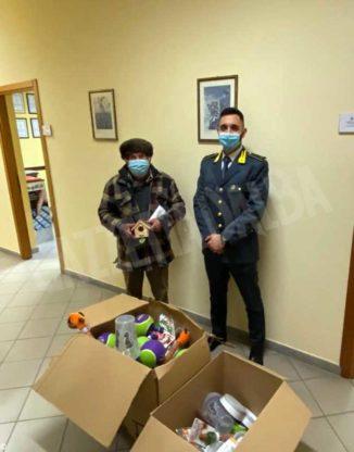 Articoli per animali e mascherine dopo la confisca vengono consegnate a enti benefici 2
