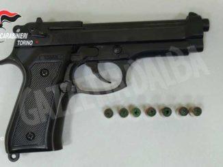 Sparano in strada con una pistola scenica: tre persone denunciate