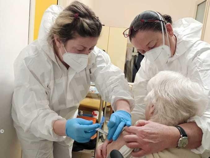 A 95 anni Teresa Rossi ha ricevuto, a Bra, il vaccino anti-Covid-19