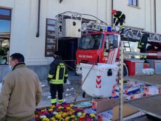 Blocco di ghiaccio in bilico da un tetto: intervengono i pompieri