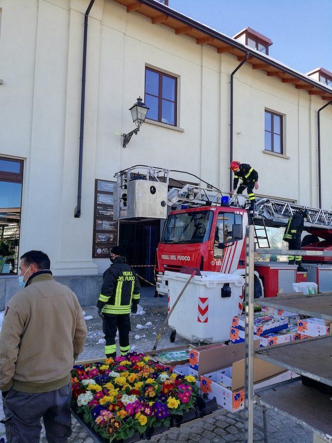 Blocco di ghiaccio in bilico da un tetto: intervengono i pompieri 1