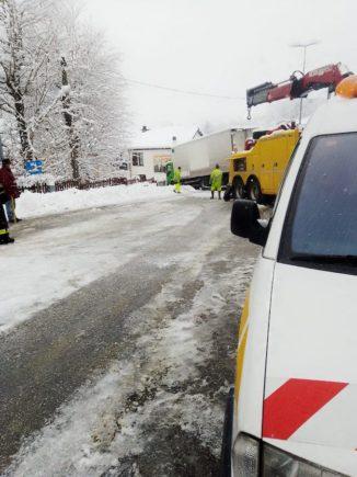 La neve blocca un camion in frazione Rutte a Bosia 2
