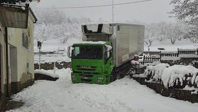 La neve blocca un camion in frazione Rutte a Bosia
