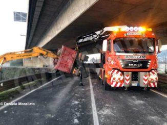 Camion si ribalta sotto il cavalcavia della Cuneo-Asti: illeso l'autista