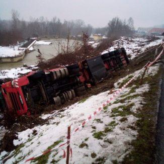 Mercoledì 6 gennaio chiusa la provinciale Pollenzo-Cantina Roddi per recupero camion ribaltato 2