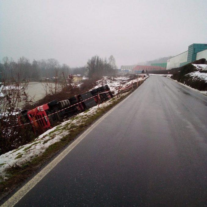 Camion ribaltato a Verduno 3