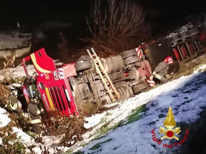 Camion ribaltato a Verduno