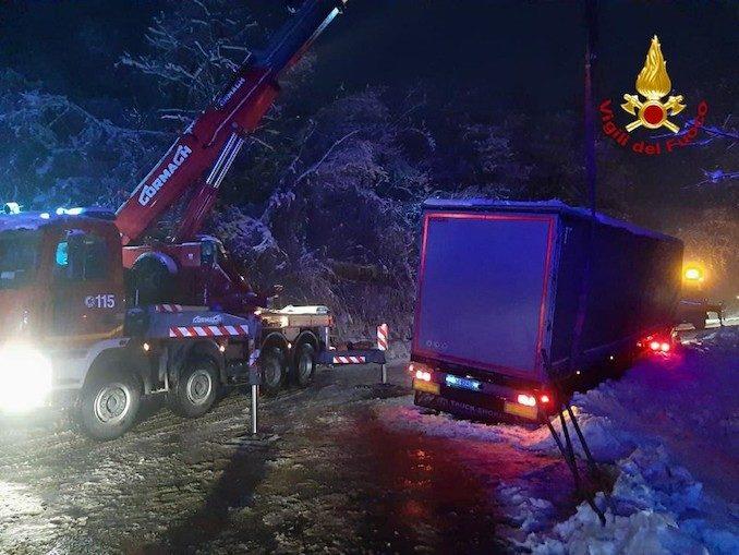 Cassinasco: i Vigili del fuoco recuperano un tir uscito di strada sulla neve