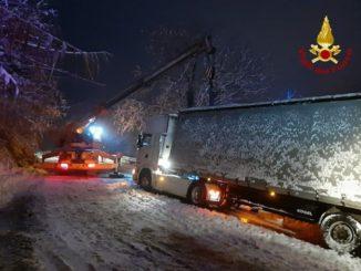 Cassinasco: i Vigili del fuoco recuperano un tir uscito di strada sulla neve 1