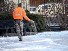 Tolta la spessa patina di ghiaccio nella zona pedonale di piazza San Paolo 3