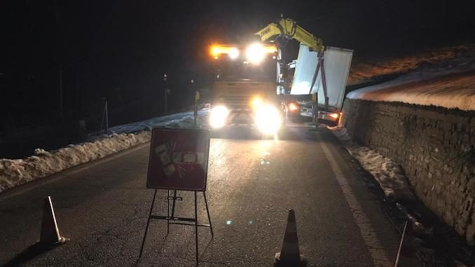Camion fuori strada fra La Morra e Vergne: chiusa la provinciale