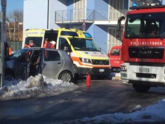 Incidente stradale a Carrù in viale Vittorio Veneto: necessario l'intervento dei Vigili del fuoco