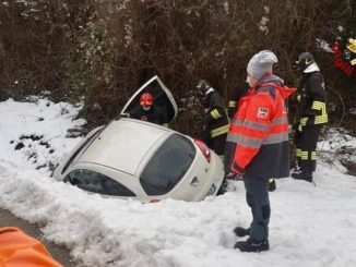 Fuori strada con l'auto a Pocapaglia: lievemente ferita una ventenne