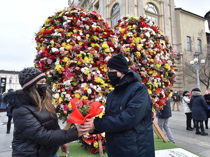 NUOVA INSTALLAZIONE DI FIORI DEDICATA A SAN VALENTINO