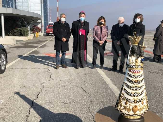 È arrivata all'aeroporto di Cuneo la statua della Madonna di Loreto