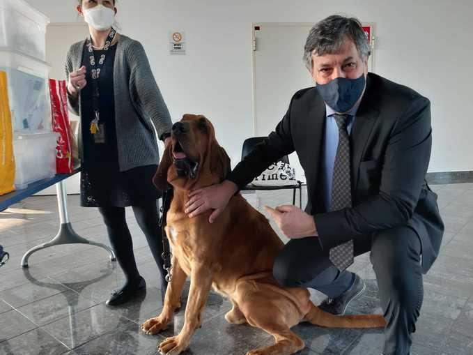 Luigi Genesio Icardi con uno dei cani addestrati per individuare viaggiatori con il Covid