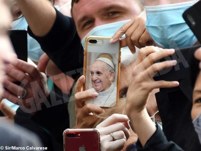 Giornata delle comunicazioni, papa Francesco sprona i giornalisti ad andare incontro alle persone 1