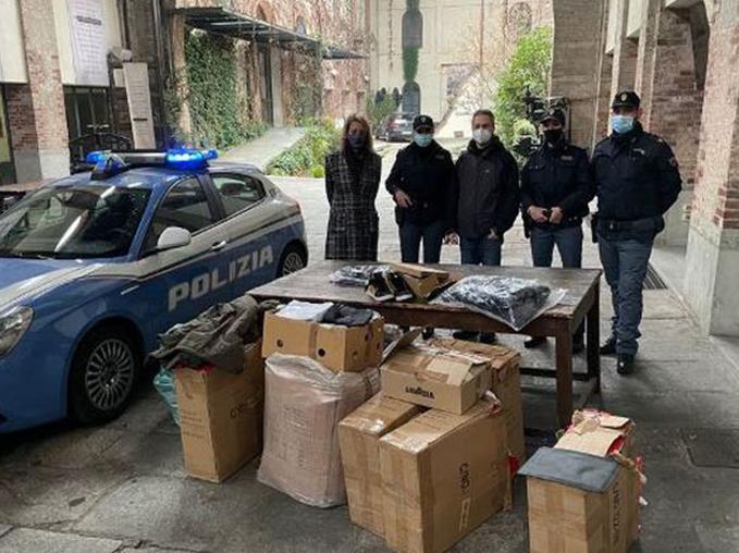Polizia sequestra abiti contraffatti Torino