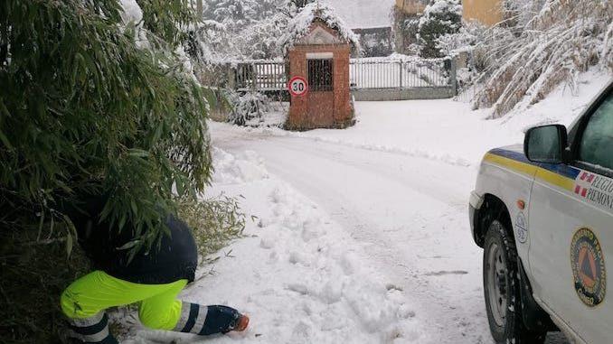 A Corneliano una nevicata fitta inaugura il nuovo anno, la Protezione civile interviene