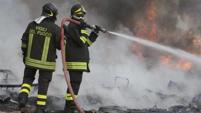 Canale: Incendio distrugge un'automobile in corso Alba
